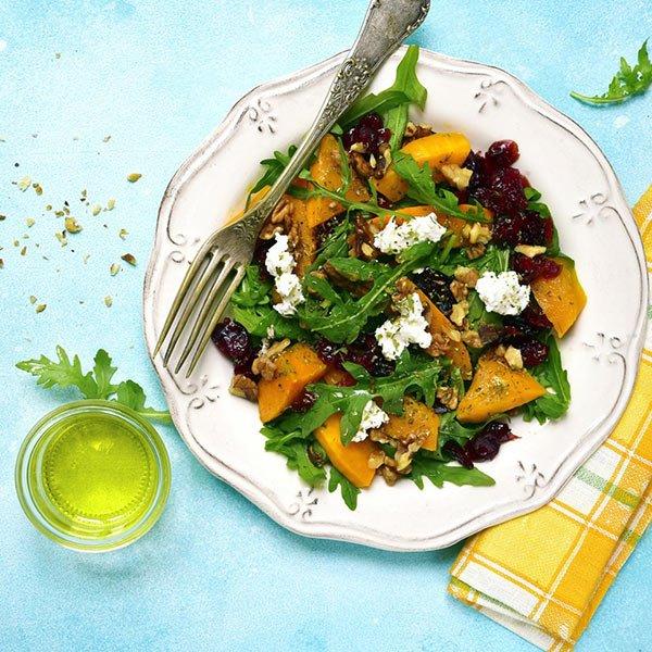 Sałatka jesienna z dynią, orzechami i serem kozim