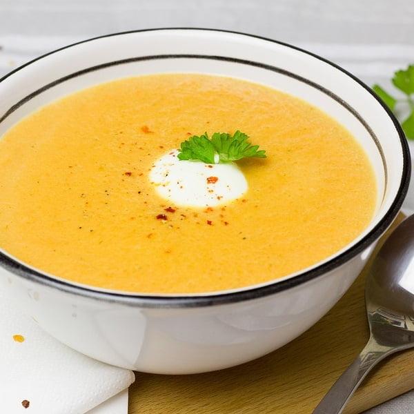 Zupa marchewkowa z jogurtem greckim