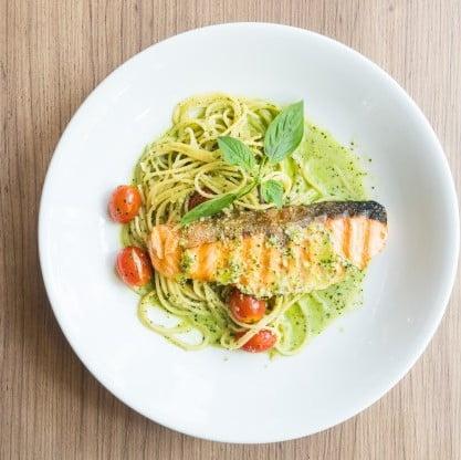 Bazyliowe spaghetti z łososiem